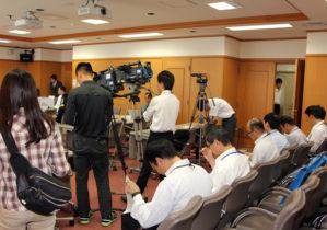熱心に聴き入る参加者。報道関係者も多数。