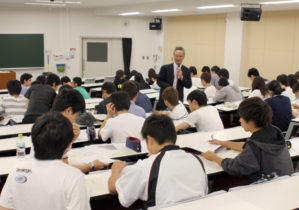 県の活性化策を話し合う学生(中央は杉本次長)
