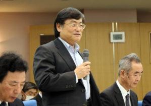 挨拶する島田学長(中央)