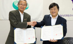 握手を交わす保坂市長と島田学長