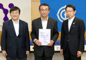 右から進藤頭取、内藤さん、島田学長