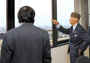特別栄誉博士室からの眺めを楽しむ大村博士