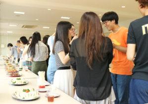 国際交流を楽しむ参加者たち