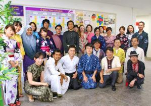 各国の民族衣装を着た学生・教職員