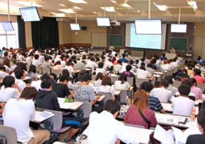 熱心に聴講する学生
