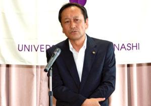祝辞を述べる藤本所長