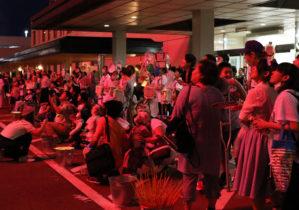 花火に見入る参加者たち