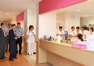 大村博士の訪問に驚く看護師たち
