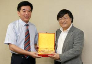 左が史 揚州大学医学部長、右が島田眞路学長