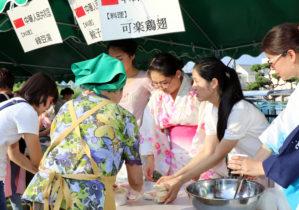 餃子などを振る舞う中国からの留学生