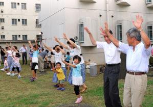 ボランティア団体のダンス披露藤井病院長と吉田 靖理事(右端)も飛び入り参加