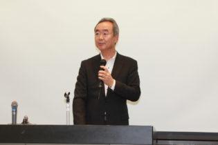 開会挨拶する早川理事