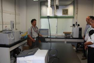 エクステンション部門研究室を案内する奥田センター長(左)