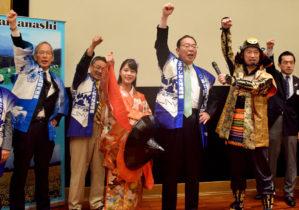 日本大使公邸での山梨魅力説明会後藤知事(中央右)に付き添う湖衣姫姿の石澤さん(中央左)