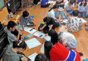 かるた作りに取り組む学生たち