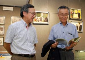 「大村 智先生 ノーベル医学・生理学賞受賞記念展」の見学(左は竹内 智 附属図書館長)