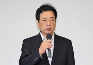 挨拶する堀 哲夫 理事・副学長