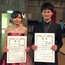 賞状を掲げる守木さん(左)と大立目さん(右)