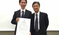 大石助教(左)と山田正三 同学会理事長(右)