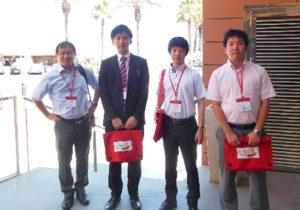 武田教授(最左)と石黒さん(最右)中央2人は同研究室所属大学院生