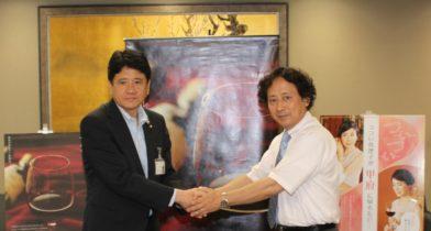 開発に向けて固い握手を交わす樋口市長(左)と柳田教授(右)