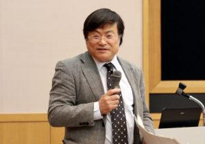 青柳氏を紹介する島田眞路学長