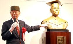 大村博士と胸像