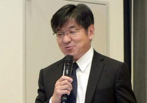 開会挨拶する中村学部長
