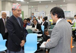 島田学長(右)の歓迎を受けるパンディ副次官(手前左)