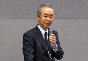 開会挨拶する早川理事・副学長
