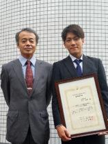 受賞した功刀さん(右)と萩原教授(左)